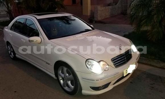 Comprar Usados Carro Mercedes-Benz C230 Blanco en Havana en Habana
